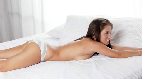 член лежит на трусиках у девчонки фото